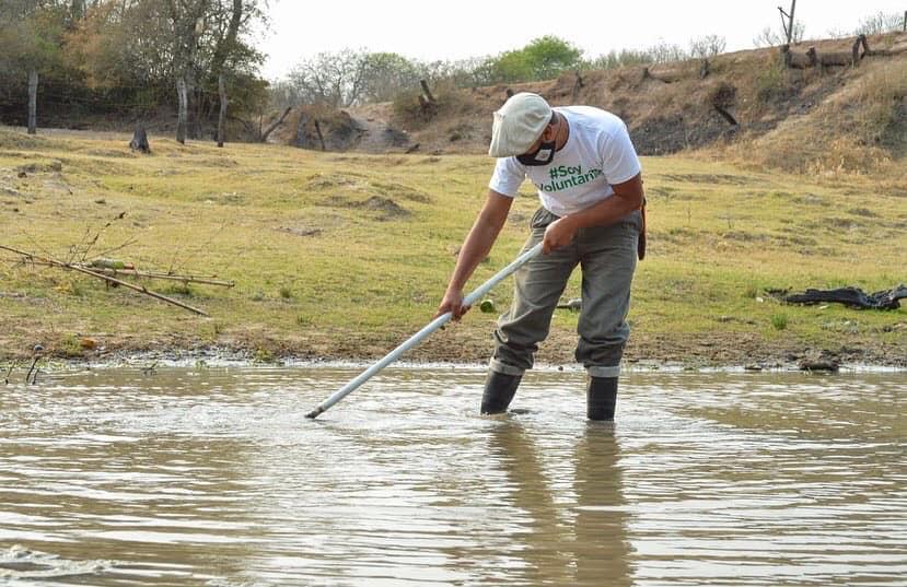 joven-voluntario-limpia-river-rio-Negro